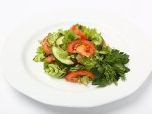 Салат зеленый из помидор и огурцов